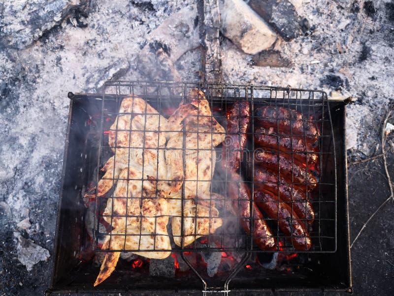 Ase a la parrilla, friendo la carne fresca, barbacoa del pollo, salchicha, kebab, hamburguesa, verduras, Bbq, barbacoa, mariscos  fotos de archivo