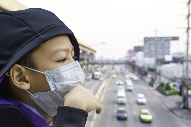 Asean chłopiec są ubranym maskę zapobiegać pyłu tła Rozmytego samochodowego jeżdżenie na drogi i nieba dworcach zdjęcie stock