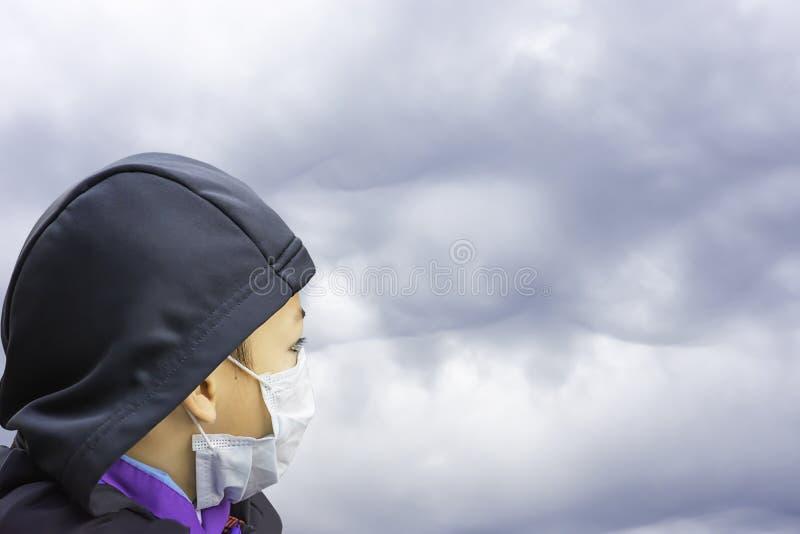 ASEAN-de Jongens dragen een masker om stof in Bangkok, Thailand te verhinderen royalty-vrije stock afbeelding