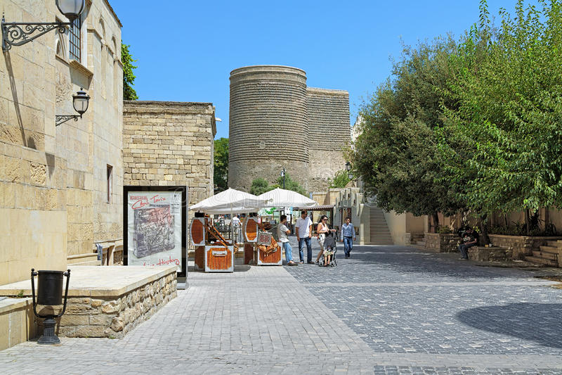 Asef Zeynalli Street en mening van Meisjetoren in Baku, Azerbaija royalty-vrije stock foto's