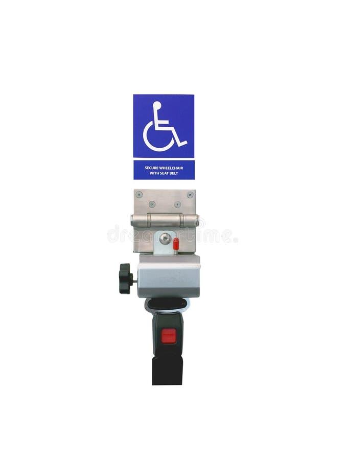 Asegure la silla de ruedas con la muestra del cinturón de seguridad en la pared fotografía de archivo libre de regalías