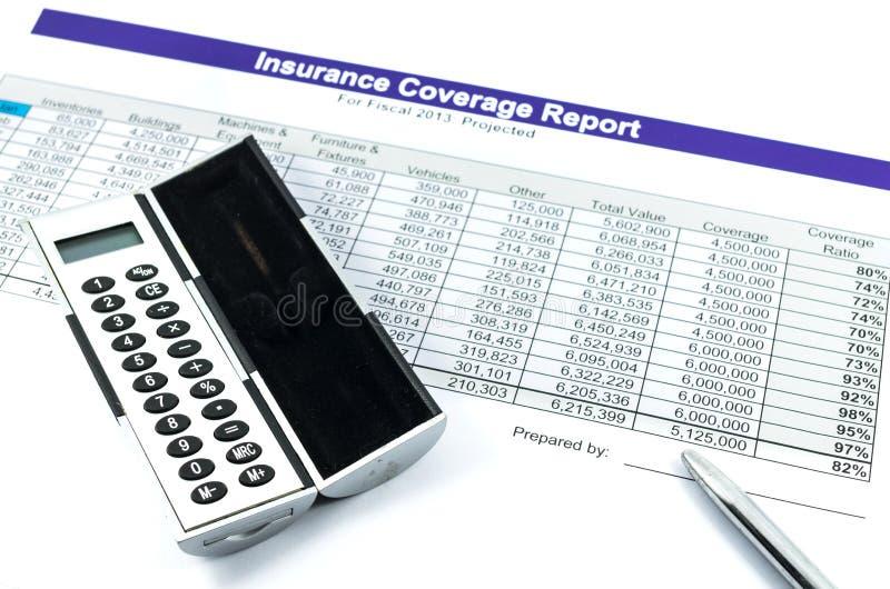 Asekuracyjnego sprawozdania raport z kalkulatorem i piórem fotografia stock