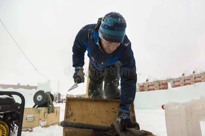 Asembler w kombinezonach na terytorium lodowy miasteczko obrazy royalty free