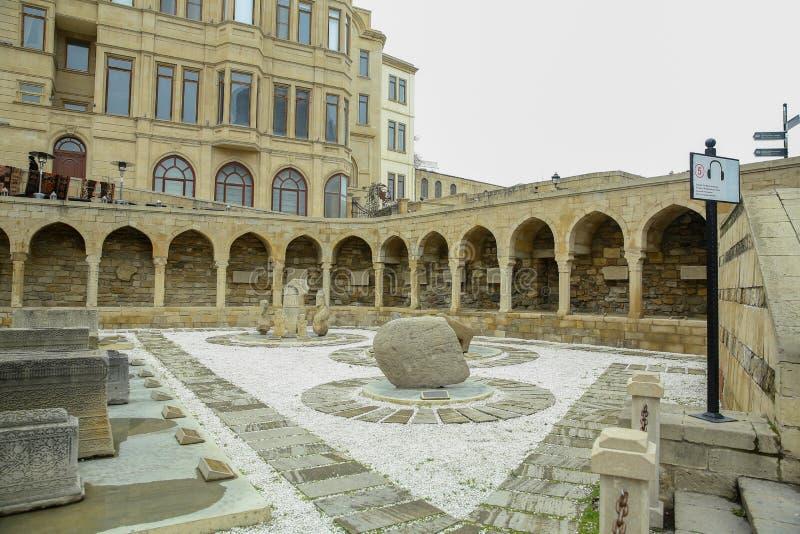 Aserbaidschan, Baku: Säulengänge und religiöser Beerdigung Platz in der alten Stadt, (Icheri Sheher) - UNESCO-Welterbestätte lizenzfreies stockbild