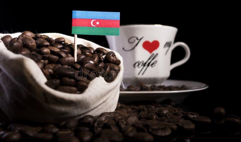 Download Aserbaidschan-Flagge In Einer Tasche Mit Den Kaffeebohnen Lokalisiert Auf Schwarzem Stockfoto - Bild von hintergrund, markierungsfahne: 96932656