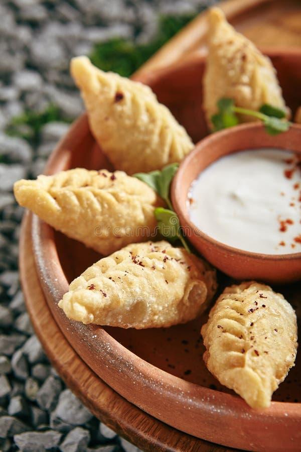 Aserbaidschaner Fried Dumplings Giurza mit gehacktem Lamm Fleisch alias Gyoza stockfotografie