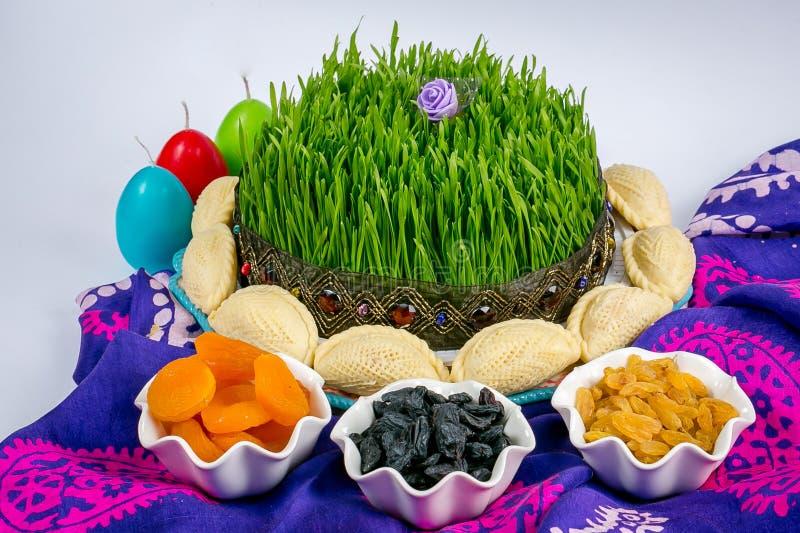 Aserbaidschaner national, festliche Festlichkeiten: gemalte Eier, Xiamen, Gebäck, shekerburas, schwarze Rosinen stockbild