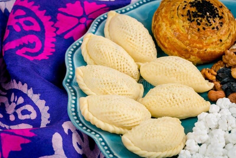 Aserbaidschaner national, festliche Festlichkeiten: shekerburas, Walnüsse, Haselnüsse, raffinierter Zucker mit Nüssen, schwarze R stockfotos