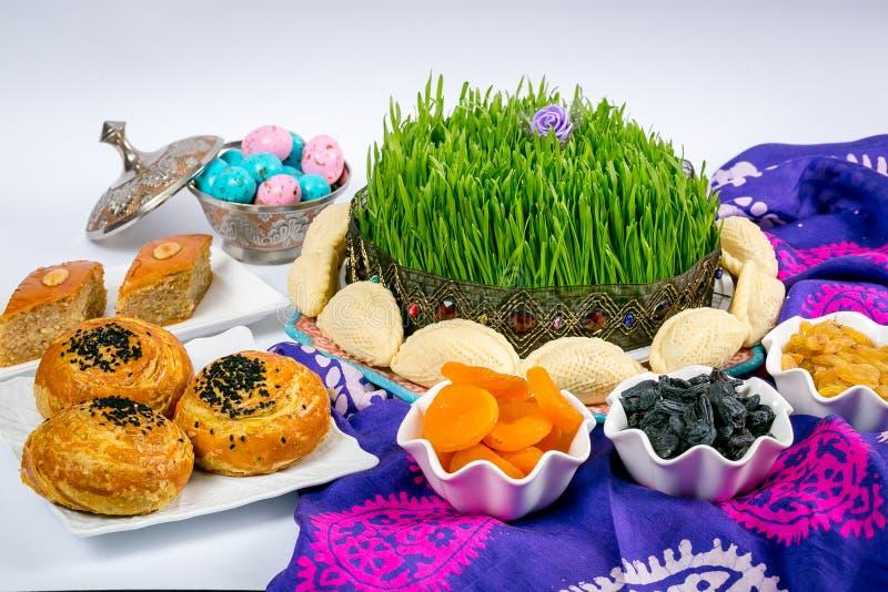 Aserbaidschaner national, festliche Festlichkeiten: Xiamen, Gebäck, shekerburas, Walnüsse, Haselnüsse, raffinierter Zucker mit Nü stockbild