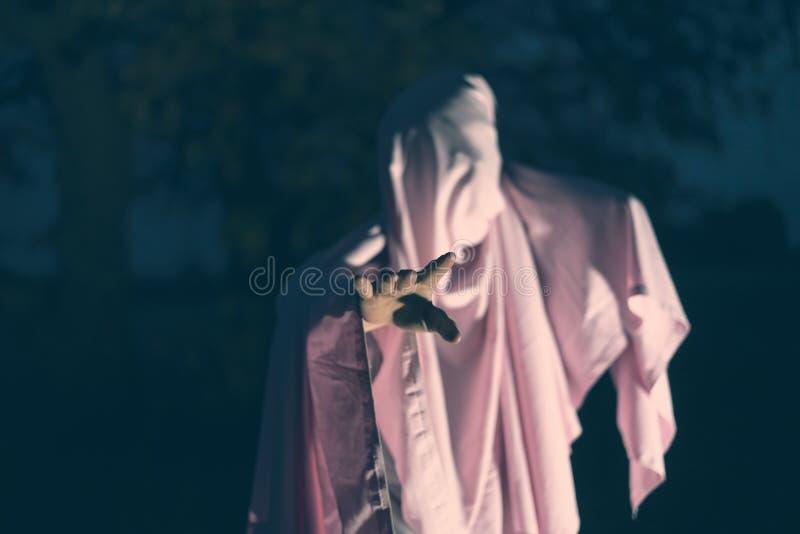 Asesinato maniaco irreconocible en la hoja en blanco blanca en el bosque f de la noche imagen de archivo