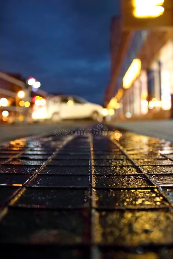 Asfalt efter regn i nattstaden arkivbilder