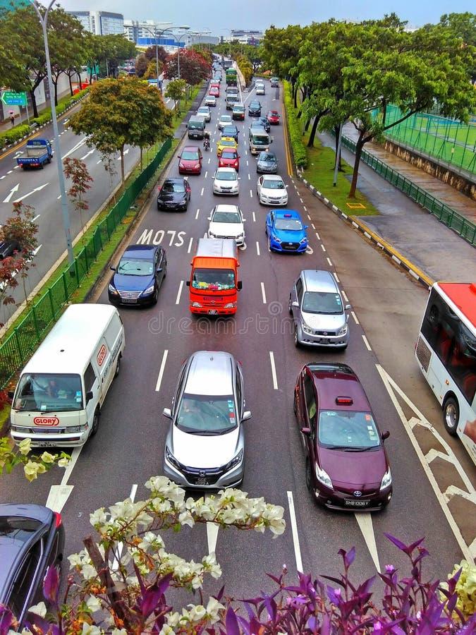 asfaltbilar sitter fast den seamless trafikvektorwallpaperen arkivbild