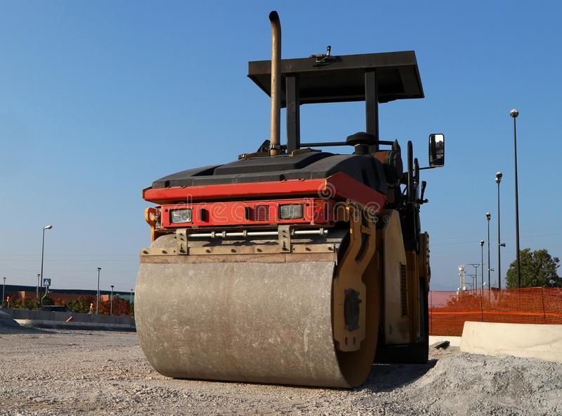 Asfalte a pavimentação da maquinaria, em um local da construção de estradas Vista dianteira de seu rolo fotografia de stock royalty free