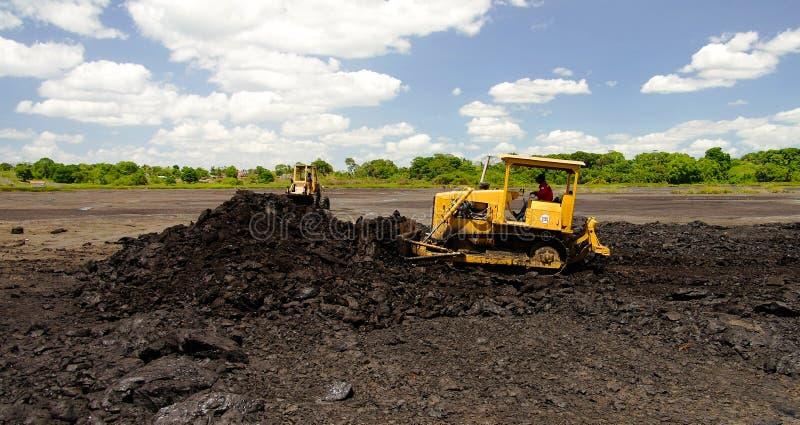 Asfaltera att bryta i grad sjön på La Brea, Trinidad och Tobago arkivbild
