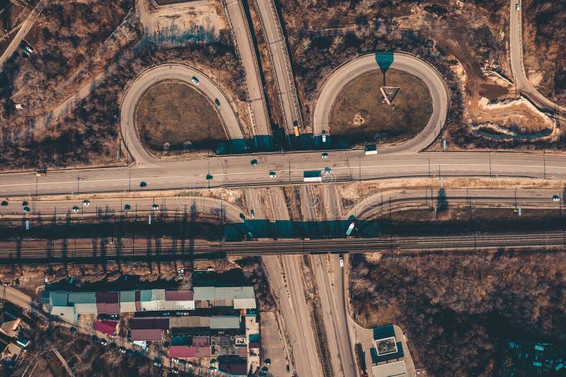 Asfaltera vägen i stad, transportföreningspunkten med biltrafik och sikten den rörelse för cirkel flyg- eller bästa, från surret royaltyfri bild