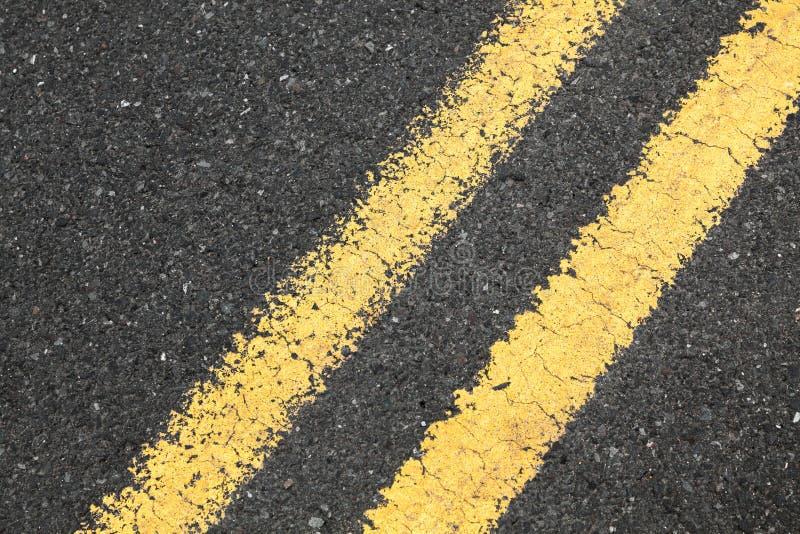 Asfaltera vägen med den gula delande linjen royaltyfri fotografi