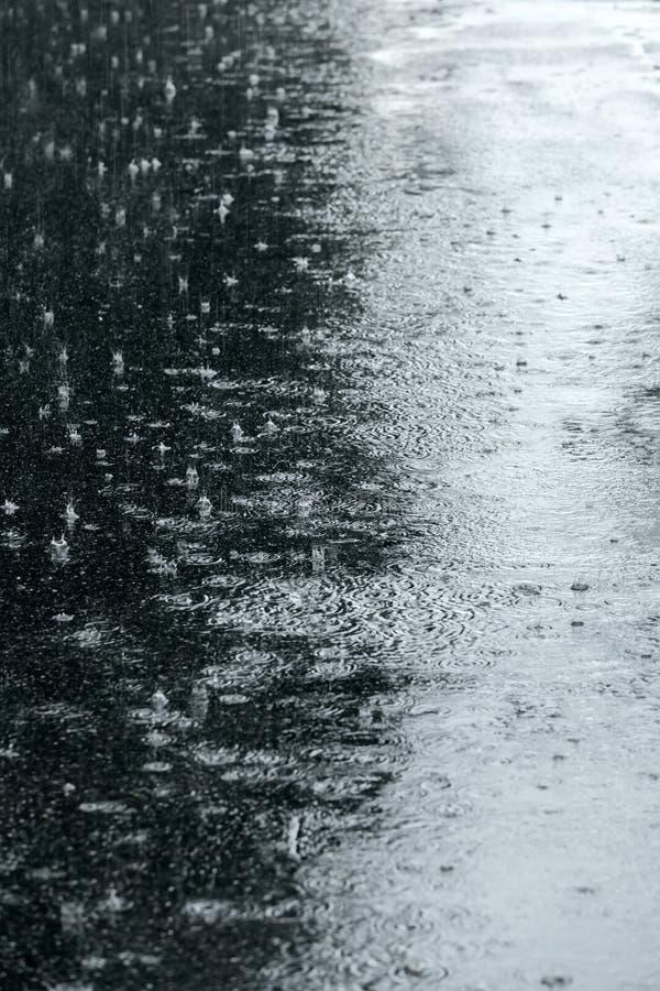 Asfalti il marciapiede sommerso da acqua piovana durante il tempo piovoso fotografie stock