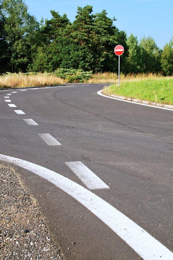 Asfalti la via di accesso con un segnale stradale nessun'entrata immagini stock libere da diritti