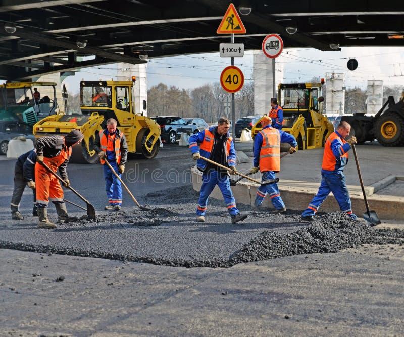 asfaltkotte som begränsar nytt reparationsvägen arkivfoton
