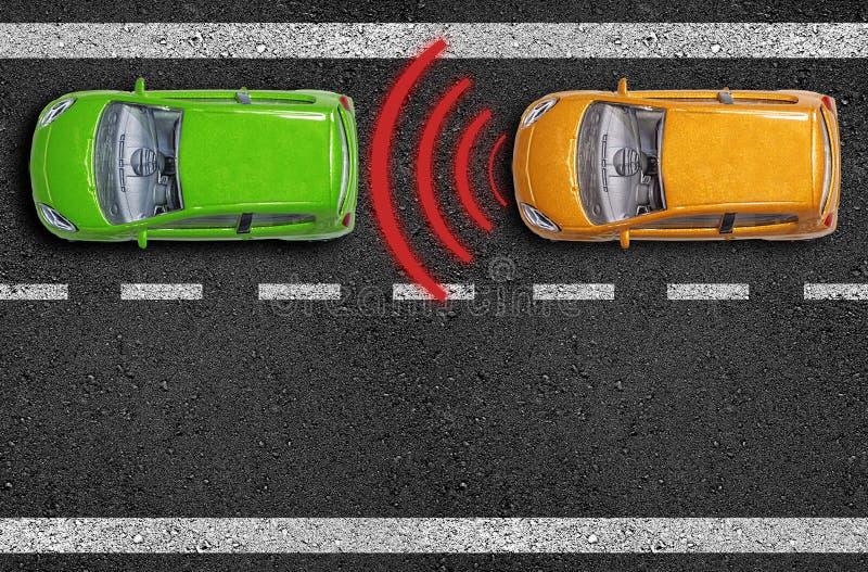 Asfalto con le automobili su una strada con il sensore di distanza e l'assistente della rottura di emergenza immagine stock