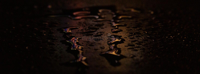 Asfalto mojado, escena de la noche de una calle vac?a con una peque?a reflexi?n en el agua imagenes de archivo