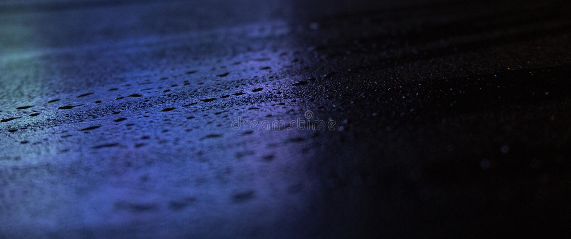 Asfalto mojado, escena de la noche de una calle vac?a con una peque?a reflexi?n en el agua fotografía de archivo libre de regalías