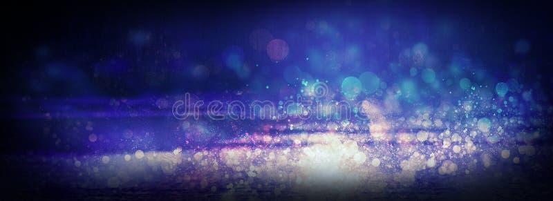 Asfalto molhado após a chuva, reflexão das luzes de néon nas poças As luzes da noite, cidade de néon Fundo escuro abstrato imagem de stock