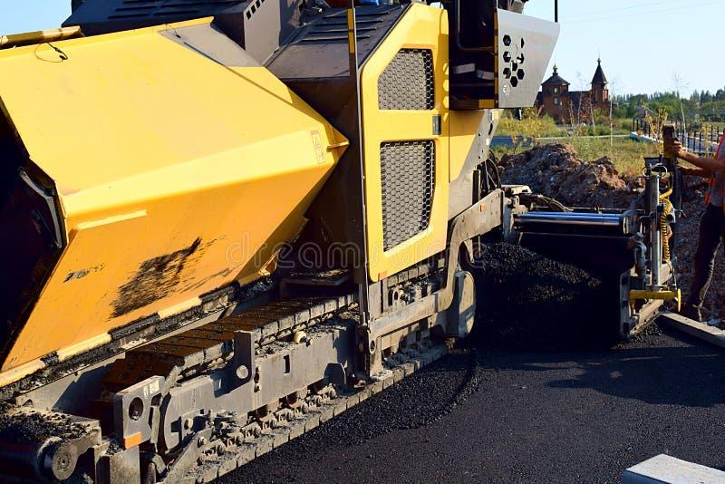 Asfalto que pavimenta la pavimentadora del asfalto imagen de archivo