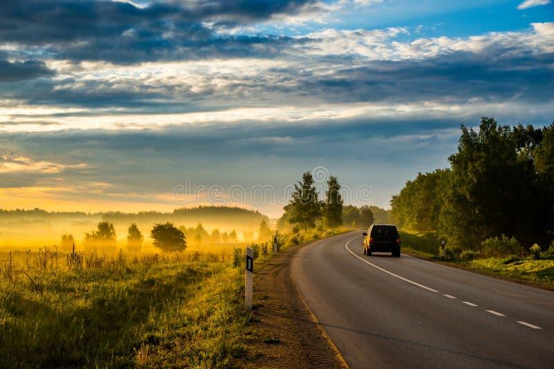 Asfaltowa droga i samochód, książe ranek obrazy royalty free