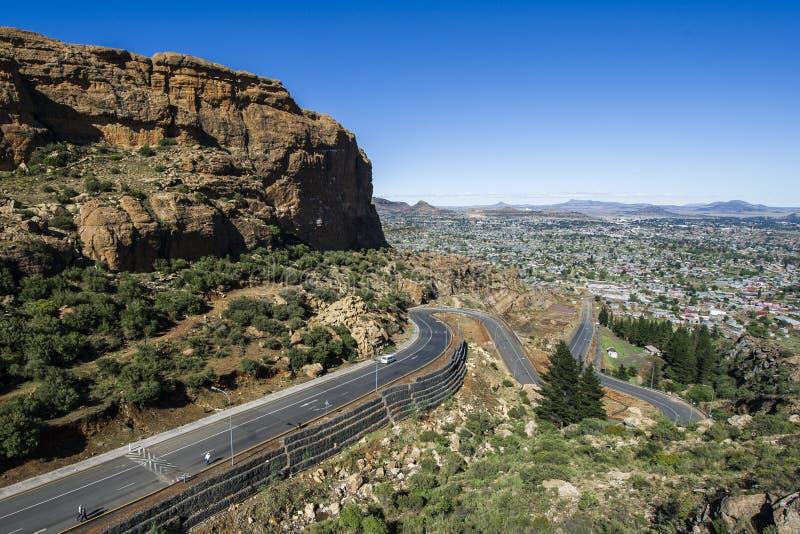 Asfaltowa droga prowadzi w odległość fotografia stock