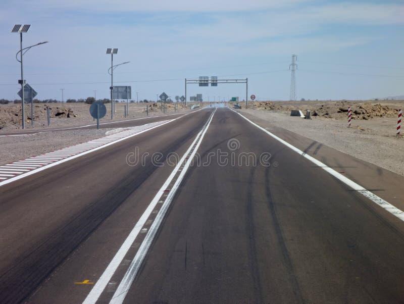 Asfaltowa droga w atacama pustyni w chile zdjęcie stock
