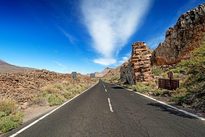 Asfaltowa droga w wysokich górach zdjęcie stock