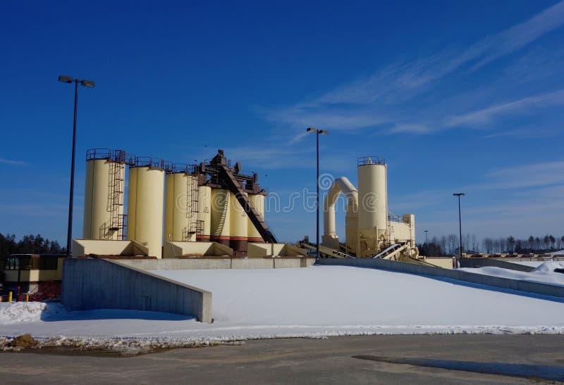 Asfaltowa produkcji maszyneria, Cumberland okręg administracyjny Maine, Marzec 8, 2019 obraz stock