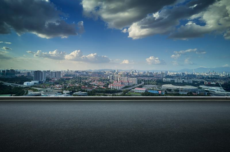 Asfaltowej drogi strona z piękną Kuala Lumpur miasta linią horyzontu obrazy stock