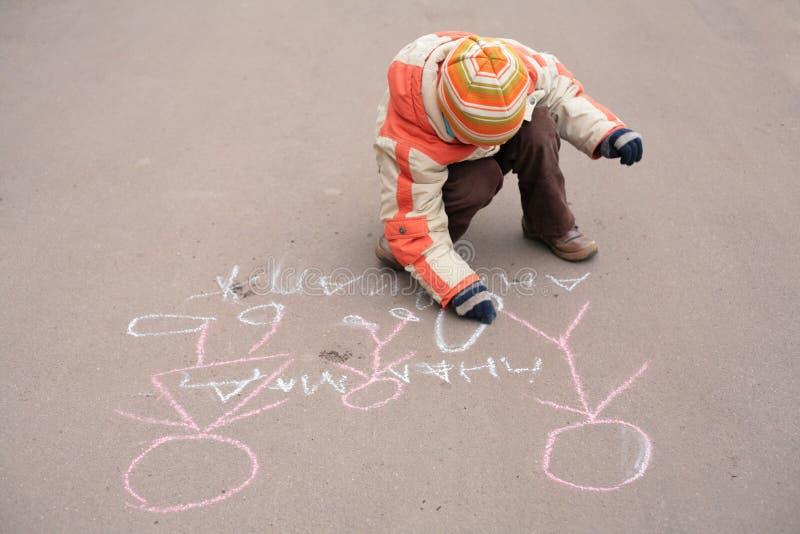 asfaltpojkekrita skissar arkivfoton