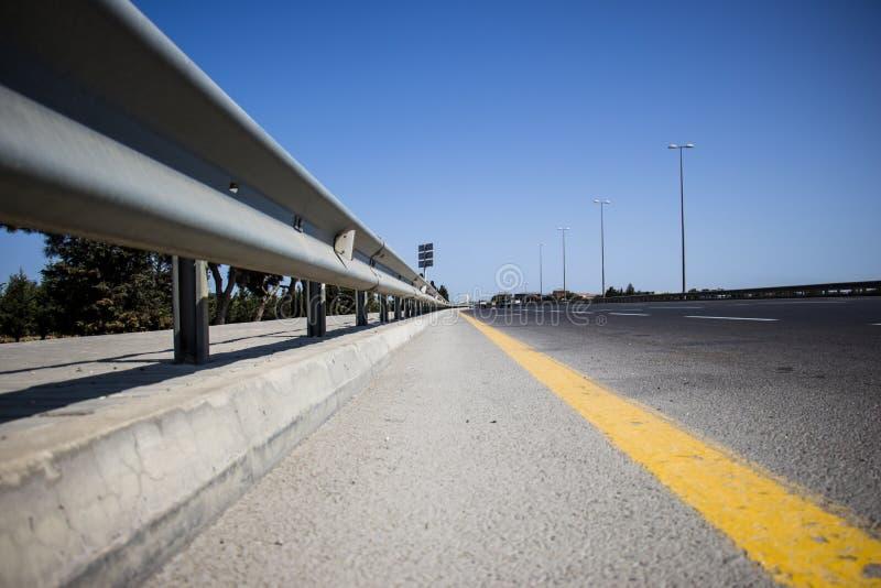 Asfaltväg, detalj av den nya trafikvägen arkivfoto