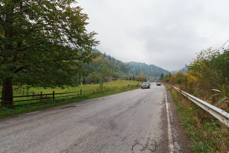 Asfaltväg i en bergig landsbygd royaltyfria bilder