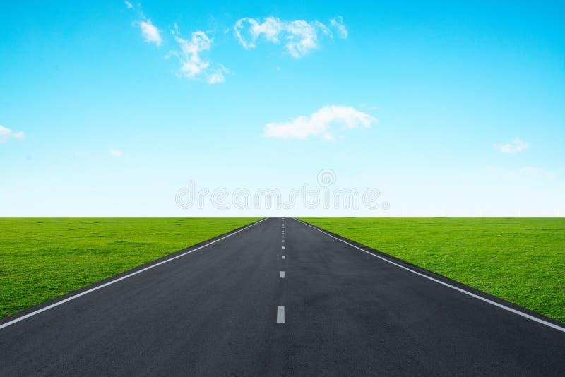 Asfaltväg med blå himmel arkivbilder