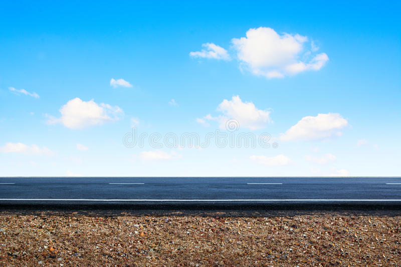 Asfaltväg med blå himmel arkivfoton