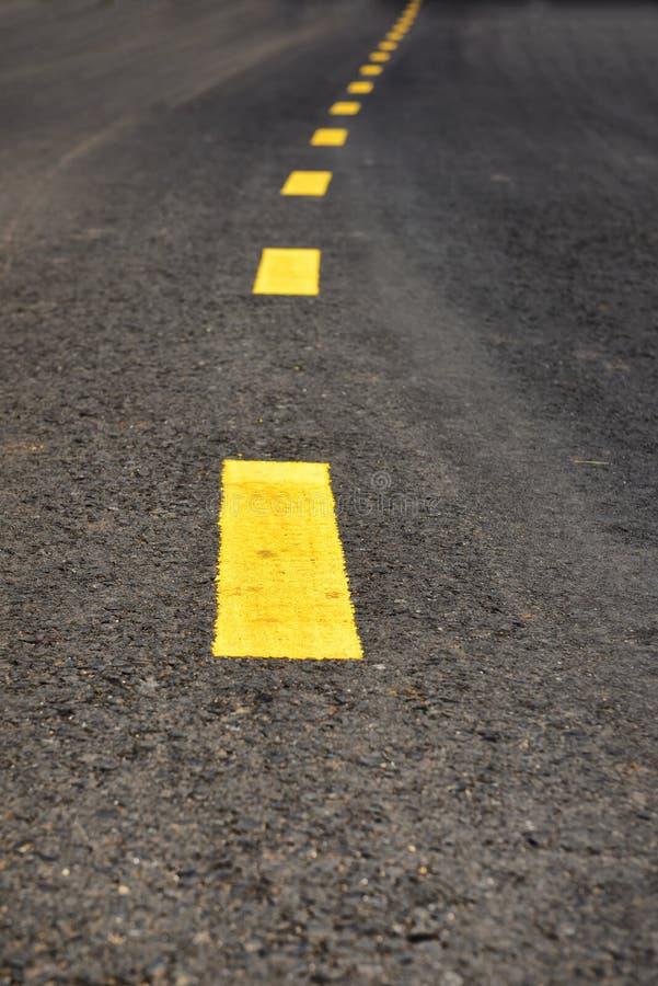 Asfaltväg med guling fotografering för bildbyråer