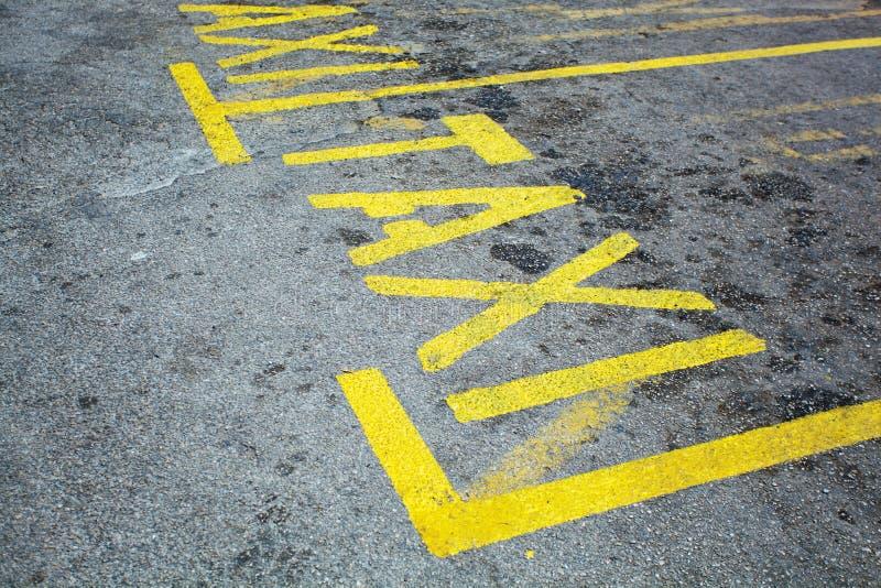 Asfaltväg med texttaxistoppet nära gul linje Begrepp arkivfoton