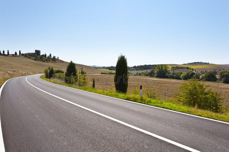 Asfaltväg mellan fält i Italien royaltyfri fotografi