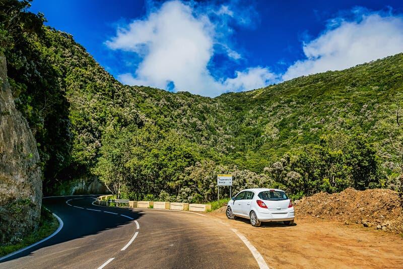 Asfaltweg en auto in bergen royalty-vrije stock foto's