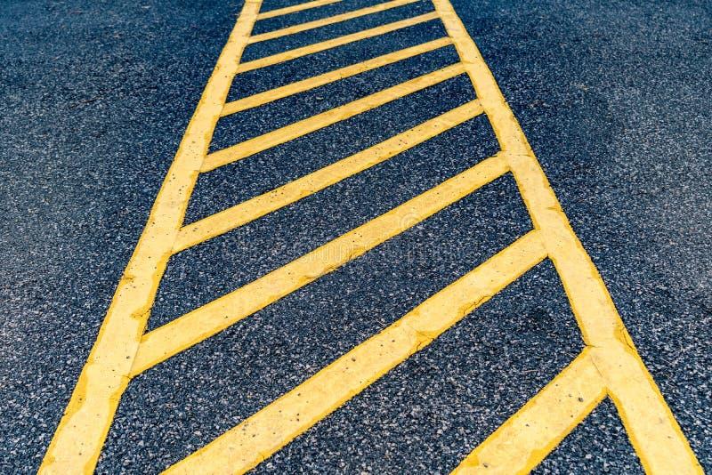 Asfaltweg met gele lijn stock foto's