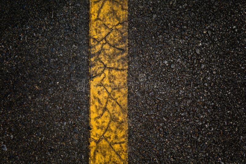 Asfaltweg met scheidings gele lijnen royalty-vrije stock fotografie