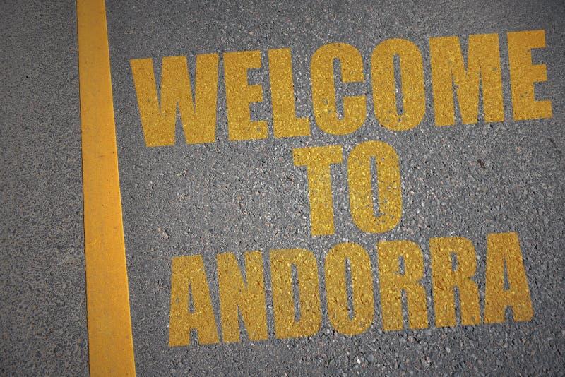 asfaltweg met tekstonthaal aan Andorra dichtbij gele lijn stock illustratie