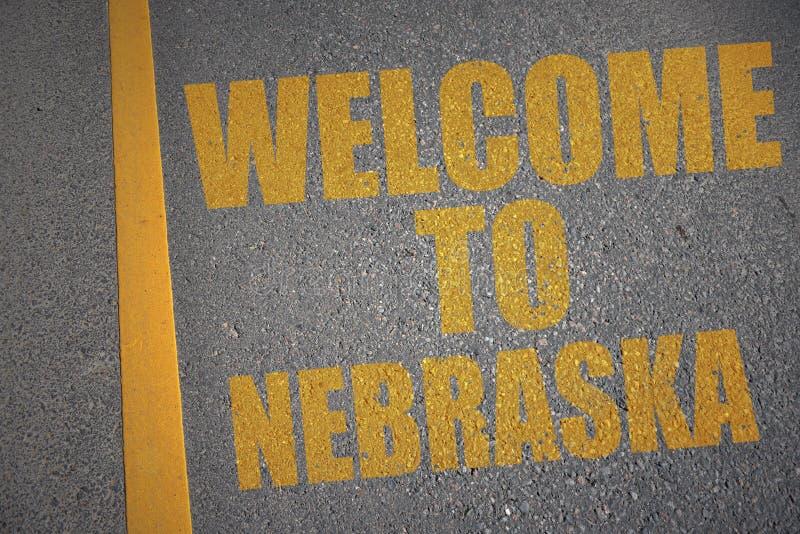 asfaltweg met tekstonthaal aan Nebraska dichtbij gele lijn royalty-vrije stock fotografie