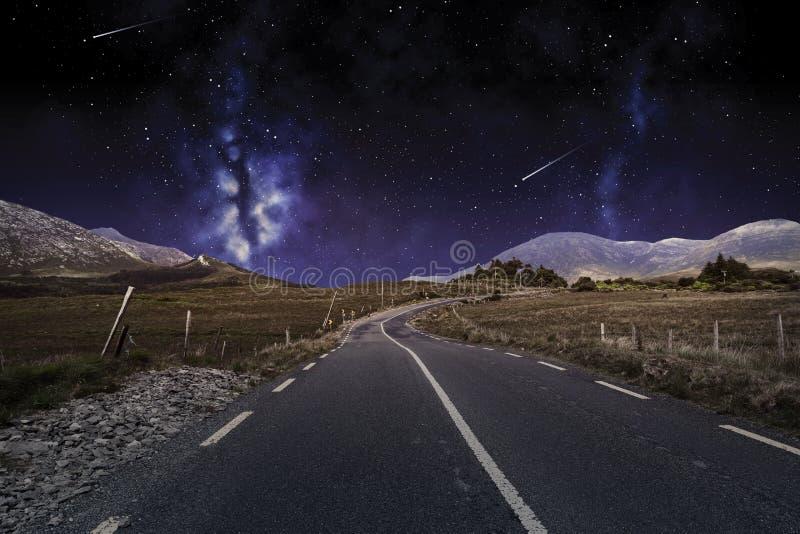 Asfaltweg over nachthemel of ruimte stock afbeeldingen