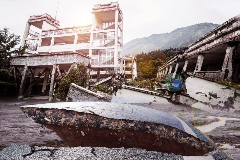 Asfaltweg van aardbeving is en wordt gebroken gebarsten die stock afbeeldingen