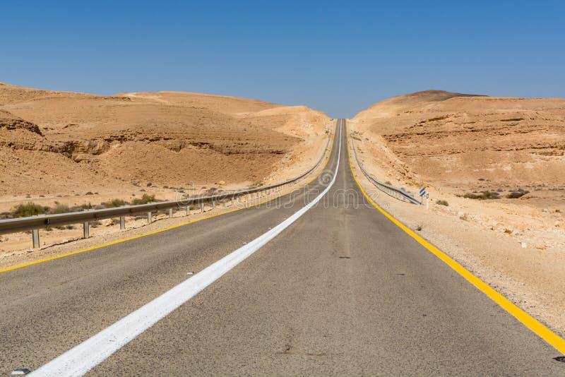 Asfaltweg in woestijn Negev, Israël, weg 40, vervoer infrast royalty-vrije stock fotografie